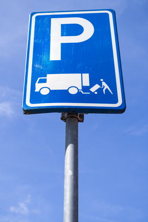 Dutch road sign: parking permitted for the immediate loading and unloading of goods only