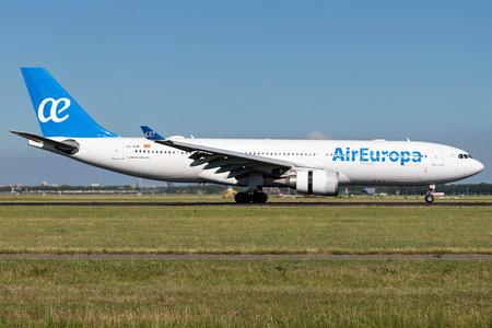 Spanish Air Europa A330-200 with registration EC-KOM just landed on runway 18R (Polderbaan) of Amsterdam Airport Schiphol. 新聞圖片