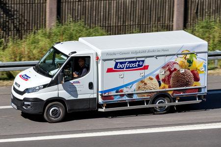 Samochód dostawczy chłodnia Bofrost na autostradzie. Bofrost jest największym bezpośrednim dystrybutorem mrożonek i lodów w Europie i działa obecnie w 13 krajach.