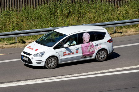 Johanniter car on motorway. Die Johanniter is a voluntary humanitarian organisation affiliated with the Brandenburg Bailiwick of the Order of St John. 新聞圖片