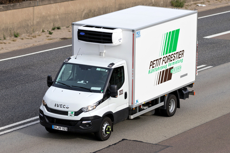 Petit Forestier van on motorway. Petit Forestier ist the European leader in refrigerated vehicle and container rental. Standard-Bild - 111379824