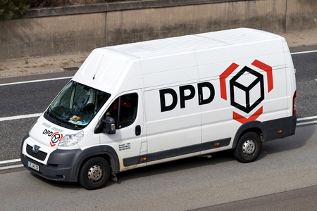 DPD delivery van on motorway. DPDgroup is the international parcel delivery network of French state owned postal service, La Poste. Standard-Bild - 111379850