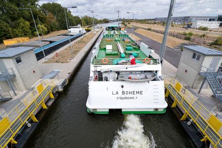 river cruise ship LA BOHEME in the Main River lock of Eddersheim sluice west of Frankfurt, Germany Redactioneel