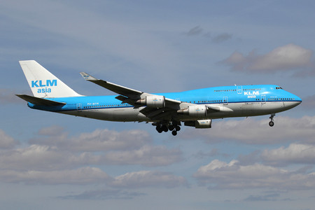 Dutch KLM asia Boeing 747-400 with registration PH-BFM on short final for runway 06 of Amsterdam Airport Schiphol. Редакционное