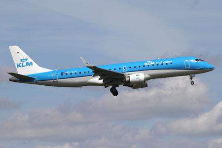 Nederlandse KLM cityhopper Embraer ERJ-190 met registratie PH-EZB op korte finale voor baan 06 van Amsterdam Airport Schiphol. Redactioneel