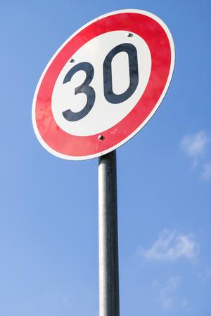 Panneau routier allemand : limite de vitesse 30 km/h