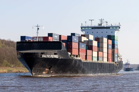 container ship BALTIC PETREL in the Kiel Canal Stock fotó - 129745284