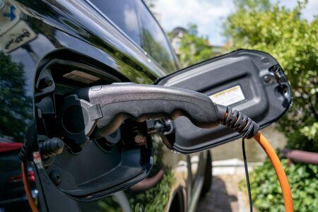 elektrische auto-accu wordt opgeladen Stockfoto