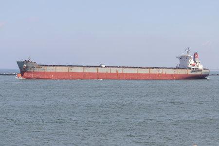 Bulk carrier CAPE FUSHEN outbound Rotterdam. Редакционное
