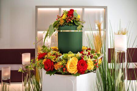 urne innerhalb der koronalen bei der beerdigung Standard-Bild