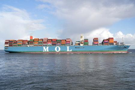 MOL TRADITION an der Elbe. MOL (Mitsui OSK Lines, Ltd.) ist ein japanisches Transportunternehmen mit Hauptsitz in Toranomon, Minato, Tokio, Japan.