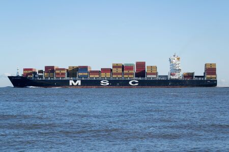 Container Ship MSC ALICANTE on the river Elbe. MSC is the worlds second-largest shipping line in terms of container vessel capacity. 新聞圖片