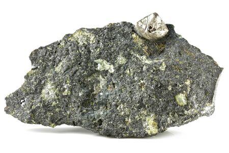 Diamante natural enclavado en kimberlita aislado sobre fondo blanco. Foto de archivo