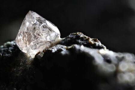 diamant naturel niché dans la kimberlite