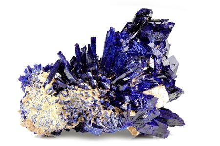 Cluster de cristal d'azurite de Kerrouchen, Maroc isolé sur fond blanc