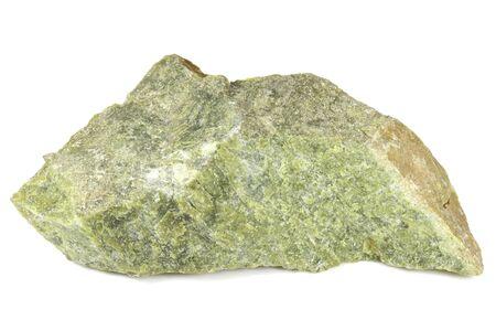 Lizardita (jade noruego) aislado sobre fondo blanco. Foto de archivo