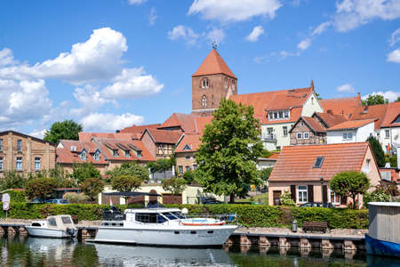 city view of Plau am See, Germany with river Elde and parish church of St. Marien Éditoriale