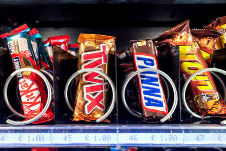 chocolate bars in vending machine Editoriali