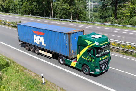 SJegers DAF XF truck with APL container on motorway. Archivio Fotografico - 156764389