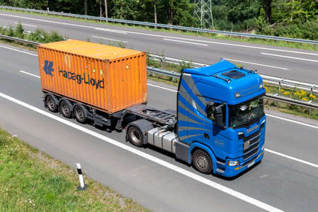 Transporte Müller Scania truck with Hapag-Lloyd container on motorway. Editoriali