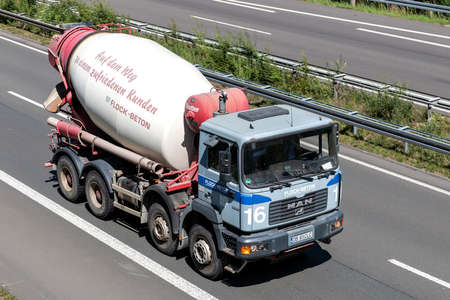Flock-Beton MAN concrete mixer on motorway. Editoriali