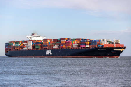 container ship APL CHONGQING on the river Elbe 新闻类图片