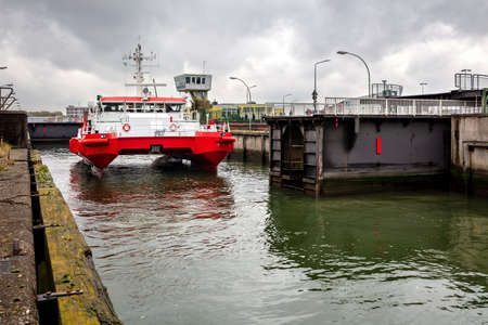 pilot tender GRODEN shipping in lock chamber