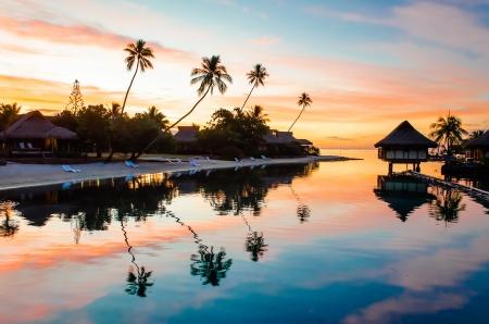 モーレア島、フランス領ポリネシアでの熱帯の夕日