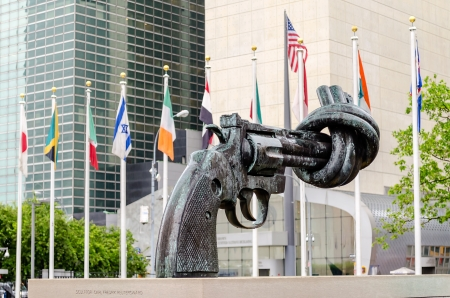 Non Violence Sculpture at the United Nations Headquarters in New York Фото со стока