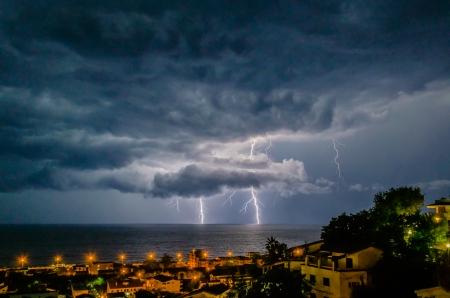 Bliksem over de zee, 's nachts scène Stockfoto - 23903182