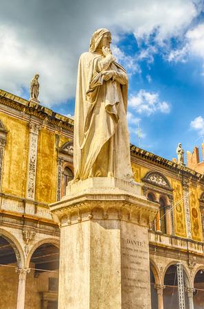 dante alighieri: Monument for Dante Alighieri at the Piazza dei Signori in Verona, Italy