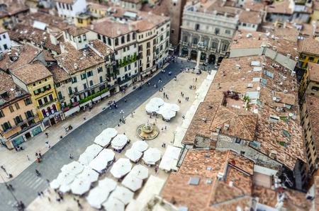 Uitzicht over het Piazza delle Erbe (vierkant Market), Verona, Italië