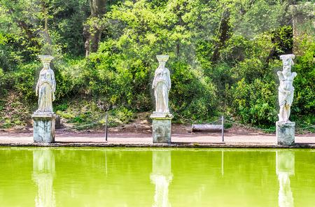 adriana: Statues of the Caryatides overlooking the ancient pool called Canopus at Villa Adriana (Hadrians Villa), Tivoli, Italy