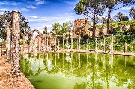 De Oude Pool genaamd Canopus, omgeven door Griekse sculpturen in Villa Adriana (Hadrian's Villa), Tivoli, Italië Stockfoto