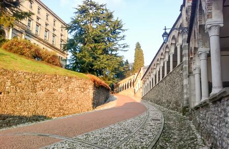 De helling aan het Udine-Kasteel, historisch oriëntatiepunt in Udine, Italië Redactioneel