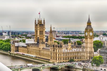 ウェストミン スター宮殿、ロンドン、イギリスの議会の家の空撮 写真素材