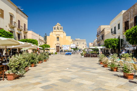 fischerei: FAVIGNANA, ITALY - CIRCA AUGUST 2014: Central street in Favignana island, Italy, circa August 2014. The island is famous for its tuna fisheries and is a popular tourist destination