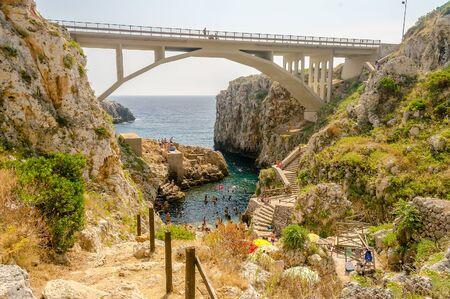 산타 마리아 디 Leuca, Salento, Apulia, 이탈리아 근처 Ciolo 다리에서 아름 다운 경치 좋은 경치 스톡 콘텐츠 - 52363616