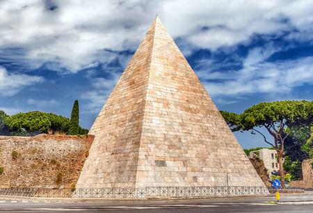 Toneel mening van de Piramide van Cestius, iconische monument in de wijk Testaccio in Rome, Italië Stockfoto
