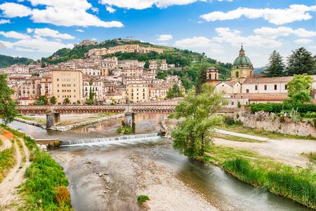 Scenic luchtfoto van de oude stad met de rivier de Crathis en historische gebouwen in Cosenza, Calabrië, Italië Stockfoto