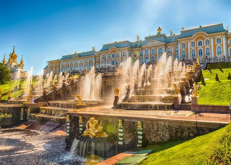 palacio ruso: PETERHOF, RUSSIA - AUGUST 28: Scenic view of the Grand Cascade,  Peterhof Palace, Russia, on August 28, 2016. T