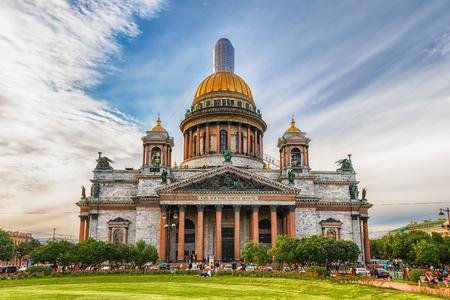 De toneel Heilige Isaac Kathedraal, iconisch oriëntatiepunt in St. Petersburg, Rusland