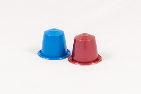 Moderne merkloze kleurrijke capsules voor espressomachine, die op witte achtergrond wordt geïsoleerd Stockfoto