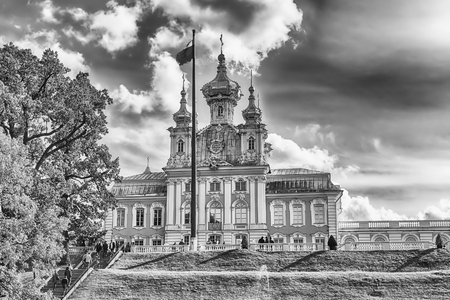 palacio ruso: PETERHOF, RUSSIA - AUGUST 28: View of the Church of Grand Palace in Peterhof, Russia, on August 28, 2016. The Peterhof Palace and Gardens complex is recognized as a UNESCO World Heritage Site