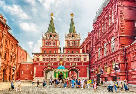 MOSKOU - AUGUSTUS 22, 2016: Verrijzenispoort, hoofdtoegang tot Rood Vierkant in Moskou, Rusland. De poort grenst aan het sierlijke gebouw van het stadhuis van Moskou en het Nationaal Historisch Museum Redactioneel