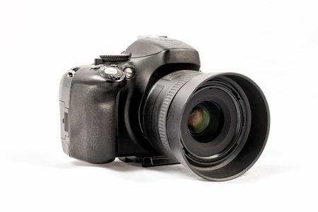 Vue oblique d'une caméra DSLR sans marque noire isolée sur fond blanc