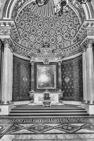 ST. PETERSBURG, RUSSIE - 27 AOÛT: Petite salle du Trône, intérieur de l'Hermitage d'Etat (Palais d'Hiver) à Saint-Pétersbourg, Russie, le 27 août 2016. L'Hermitage est l'un des plus grands et les plus anciens musées d'art et de culture du monde
