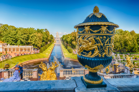 PETERHOF, RUSSIE - 28 août: Vue panoramique de la terrasse du Palais Peterhof, Russie, le 28 Août, ici 2016.