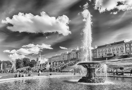 PETERHOF, RUSSIE - 28 AOÛT: Vue panoramique de la Grande Cascade, Palais Peterhof, en Russie, le 28 août 2016. Le complexe Peterhof Palace and Gardens est reconnu comme site du patrimoine mondial de l'UNESCO Éditoriale