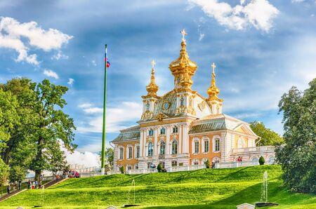 PETERHOF, RUSSIE - 28 août: Vue de l'église du Grand Palais à Peterhof, Russie, le 28 Août, ici 2016.